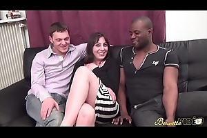 Group sex interracial pour Nina, la jolie beurette