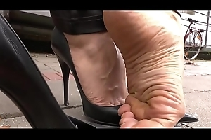 Cams4free.net - Smoking with the addition of Shoeplay in Park